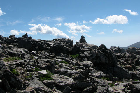 cairns leading to the summit of Halletts Peak